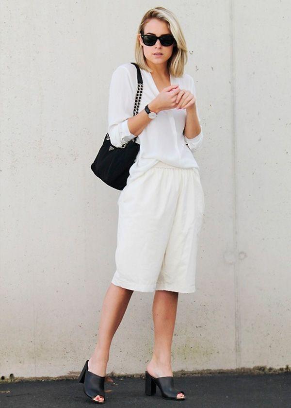 Look todo branco com acessórios pretos.