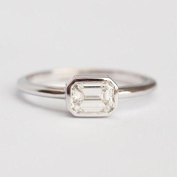 素晴らしいエメラルドカットダイヤモンドのリング。自分用はもちろん、エンゲージリングとしてもぴったりです。いかがでしょうか。商品の特徴ジェムストーン: ダイヤモンド形: 長方形(エメラルド・カット)質量: 0.60カラット、GIA認定書付き品質: 明度VS、色度F〜G、コンフリクトフリー材質: 18kソリッドゴールドバンド…