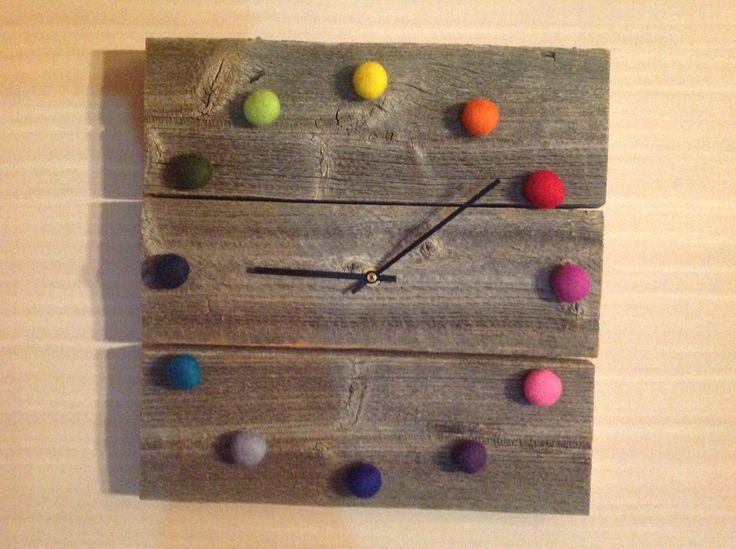 Joulumessuilta löysin tällaisen ihanuuden! Ikean kello sai heti kyytiä ja telkkarin päällä on nyt tämä kaunotar. Tosin telkkaria tulee katseltua vähemmän, kun katse siirtyy aina kelloon :) Tämän on tehnyt rille-käsityömyyrä. riikka.pohjola@gmail.com