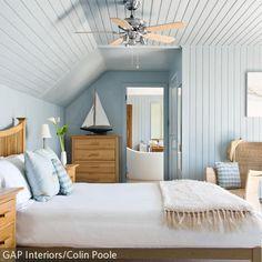 Hellblau gestrichene Holzwände (Bild), ein Paddel als Garderobe, Bullaugen-Spiegel, Truhen – ein maritimer Look bringt dauerhafte Urlaubsstimmung in unser Zuhause. Wir zeigen Euch schöne Ideen: http://www.roomido.com/wohntrends-einrichtungstipps/dekoideen/maritime-deko.html