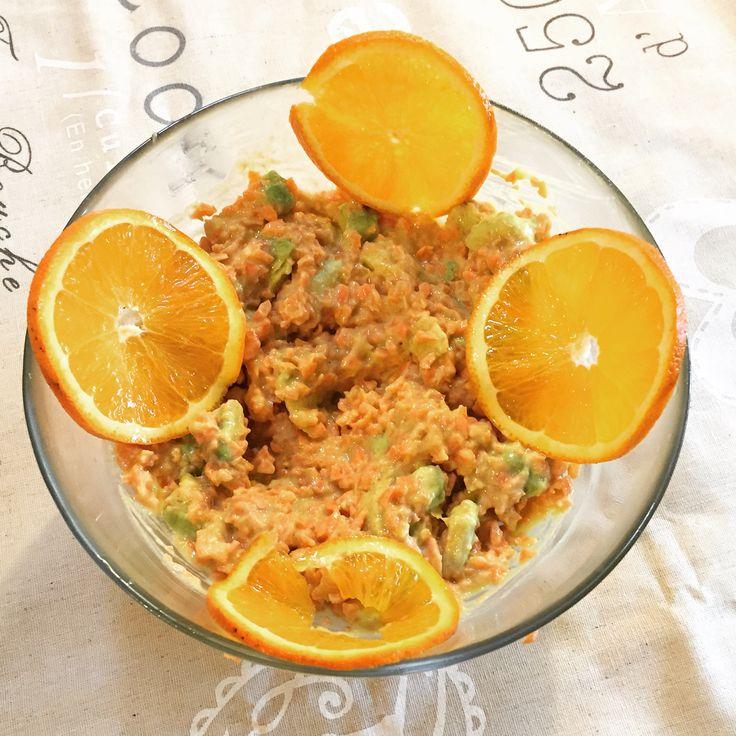 Insalata di carote e avocado con condimento di yogurt di soia e arancia  PREPARAZIONE  Tritare le carote e l'avocado un po' grossolanamente, aggiungere un filo di olio evo, sale e pepe, il succo di mezza arancia e un po' della sua buccia grattugiata. Mantecare con un cucchiaio di yogurt di soia. Decorare con la restante metà dell'arancia tagliata a fette sottili.
