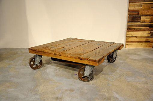 Interior design recupero il tavolo da fumo è stato realizzato con una antica pedana in legno di una vecchia fattoria e 4 ruote in ghisa. la bellezza del legno di olmo levigato dal tempo e dall'usura con ancora impressi i SESTINI E CORTI