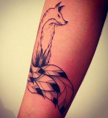 Un tatouage kitsune en noir et blanc : le renard de la mythologie japonaise