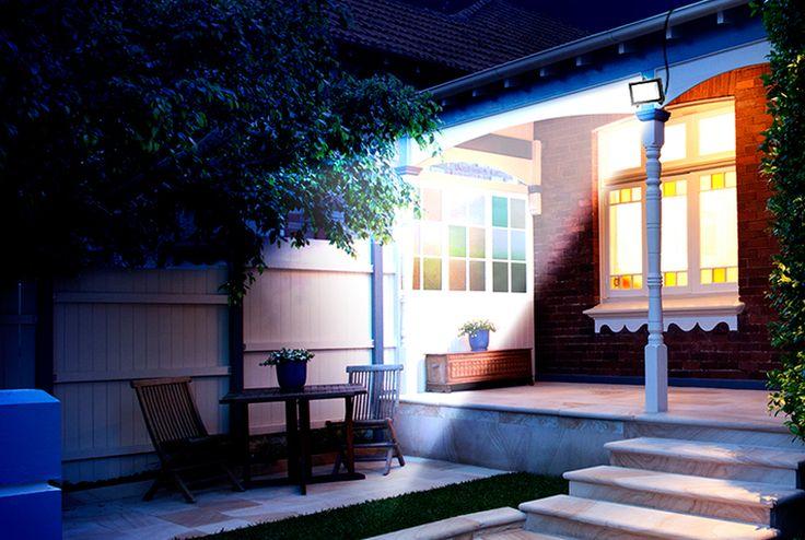 Ideal para entradas de casa, jardins, quintais. Ao escurecer, ela acende automaticamente e ilumina seu ambiente externo