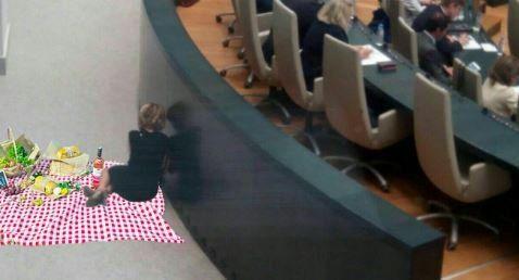 La foto de Esperanza Aguirre en el pleno que desata la imaginación de Twitter  ... - http://www.vistoenlosperiodicos.com/la-foto-de-esperanza-aguirre-en-el-pleno-que-desata-la-imaginacion-de-twitter/