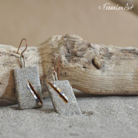 Descrizione di orecchini in corda, sabbia e grammenti di conchiglie :  Due rettangoli di corda rivestita in sabbia, decorazioni asimmetriche con un'incisione riempita di gommalacca e frammenti di conchiglie. € 20.00 (~$27.00)