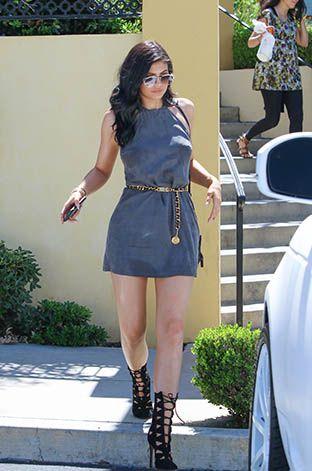 Kylie Jenner rinuncia al lato romantico dell'abito corto e punta ad uno stile bohémienne, complice la cintura a catena dorata  -cosmopolitan.it
