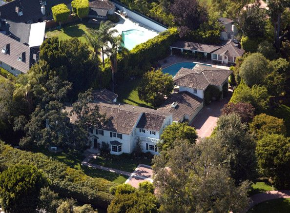 BelAir Renee Zellwegger seems to live in a pretty standard celebrity home.  Tall hedges, big pool, long driveway.