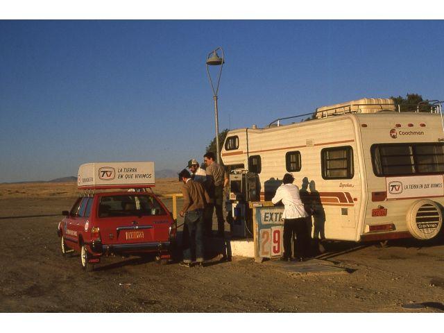 Unica Bomba de Bencina en medio del desierto entre Chañaral y Antofagasta en 1982, se bombeaba a mano, con una manivela, vemos nuestro primer Motorhome al que llamamos Andrea Doria