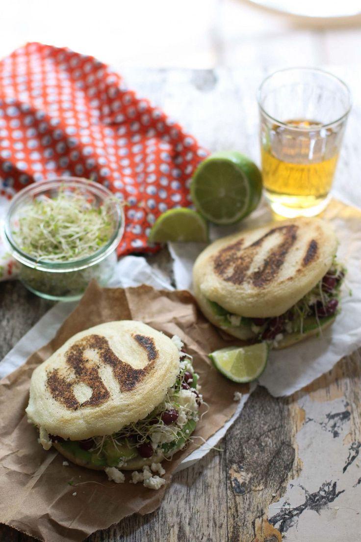 Le arepas sono dei deliziosi 'panini' sudamericani fatti con farina di mais