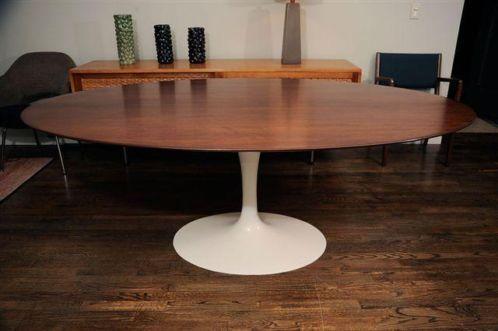 Ovale Saarinen tafel, Amerikaans noten blad.