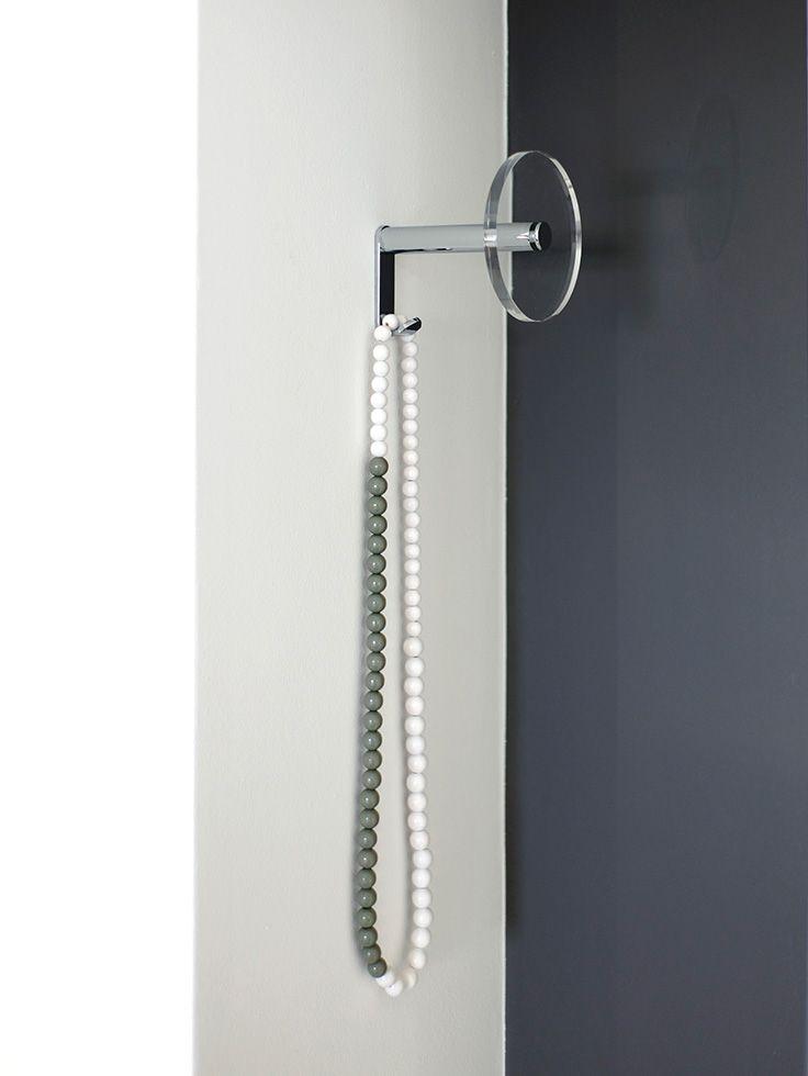 Garderobenhaken mit einer Scheibe aus Acrylglas zum Abhängen von bis zu drei Kleiderbügeln. Design: Schönbuch Team
