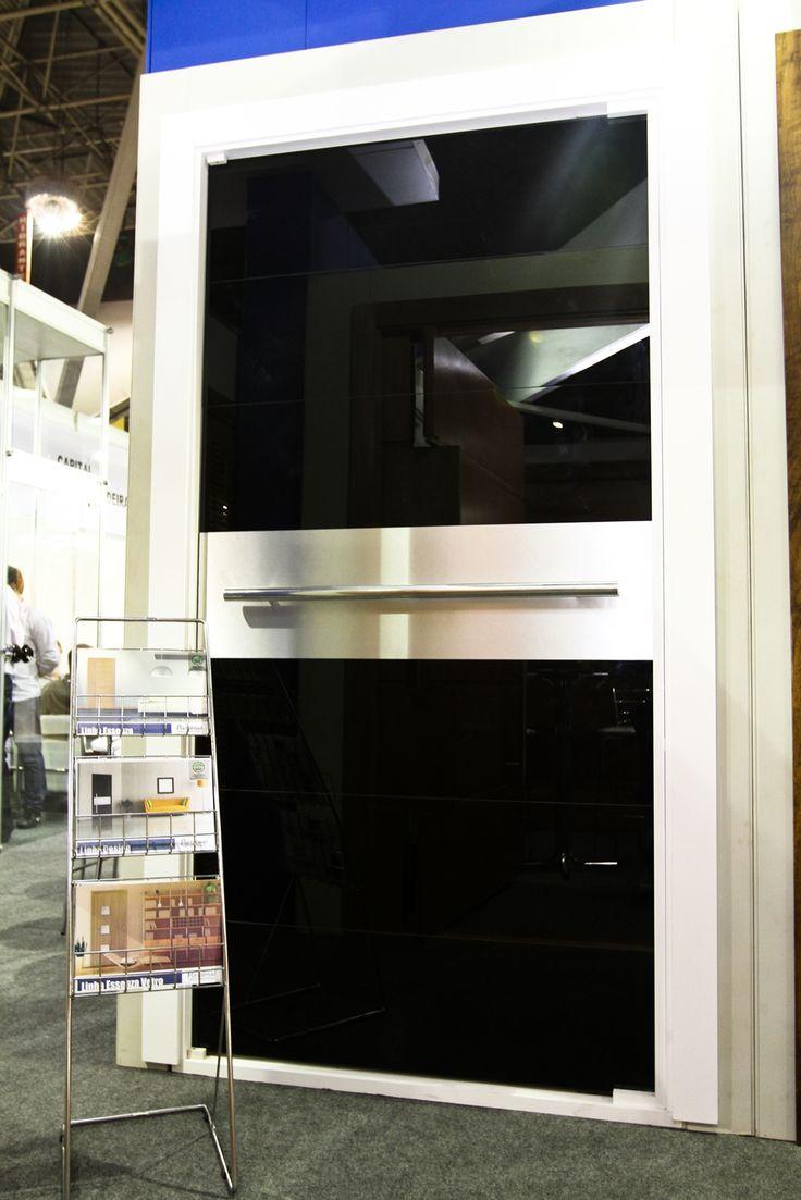 Porta de Entrada - Alto Padrão - Fabricada com madeira, vidro e alumínio - Exposta na FEICON Batimat - Esquadrias Portalmad