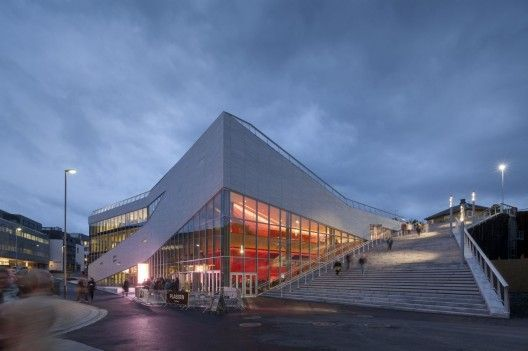 Plassen Cultural Center / 3XN  The Norwegian city of Molde has just 25,000 inhabitants, but every July the biggest stars of jazz and about 100,000 jazz enthusiasts flock to the town's world famous international jazz festival. In designing the city's new cultural center, the challenge faced by 3XN was to create a building that was flexible and robust enough to provide a framework for cultural life on both scales.
