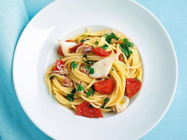 Kleine Calamarettis und Kirschtomaten machen aus den schlichten Spaghetti ein Festessen. Probieren Sie auch die anderen Pasta-Rezepte von Sterne-Köchin Cornelia Poletto.