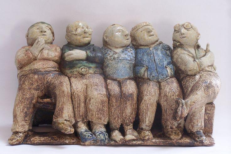 nelrood.nl - Vijf mannen op een bankje - keramiek van Nel Rood - Beeld is van klei