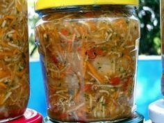 Ingrediente : 2 kg morcovi2 kg radacina telina2 kg radacina patrunjel2 kg ardei gras (poate sa fie 1 kg ardei gras si 1 kg gogosar )2 kg rosii2 kg ceapa alba2 legaturi mari frunze telina2 legaturi mari frunze patrunjel220 gr sare grunjoasa / 1 kg Preparare : Zarzavatul se curata si se spala. Rosiile le
