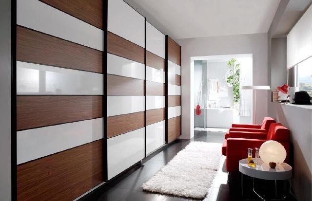 Armario en blanco y madera. puertas correderas