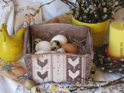 ` Пасхальные курочки ` Короб.. Короб  для украшения пасхального стола или хранения крашенок. Выполнен в технике декупаж. В работе использованы краски, морилка на водной основе.