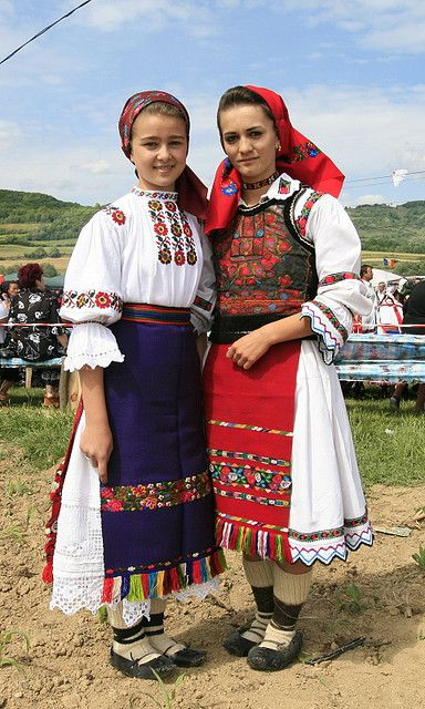 Romanian folk costumes from Libotin (left) and Ungureni (right), both from the Lăpuş region, Maramureş.