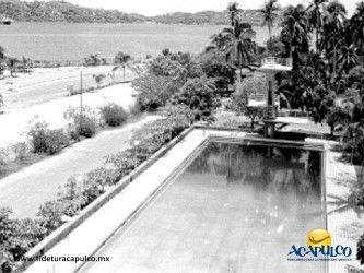 #acapulcoeneltiempo La alberca olímpica del hotel Papagayo de Acapulco. ACAPULCO EN EL TIEMPO. En la década de los años 50, el hotel Papagayo era uno de los más afamados de todo Acapulco por la posición privilegiada que tenía en la bahía, así como por sus búngalos y por la hermosa alberca olímpica que tenía en sus instalaciones. Obtén más información en la página oficial de Fidetur Acapulco.