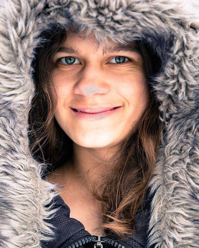 Heute ist mir ein Mädchen vom Nordpol vor die Linse gekommen.... hat verblüffende Ähnlichkeit mit meiner kleinen Schwester 😉 #eskimo #polar #cold #fur #outside #shooting #littlesister #portrait #woman #young #eyes  #offenblende #iso100 #f4 #1/80 #northpole #winter #coldoutside #naturallight #lightroom #creativecloud #photoshop  #kommwirfangendenmomentein #canon #youcan #comeandsee #canoneos5dmarkiii #vollformat #photographers @canonglobal