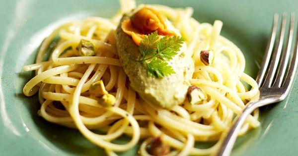 ナッツのなかでもビタミンB群が豊富なことで知られるピスタチオ。鮮やかなグリーンを生かしたムースを、パスタソースに活用。濃厚なうにの味わいとピスタチオの風味が見事に溶け合ったパスタは、後を引くおいしさ。ムースを冷やして、冷製パスタにしても◎。|『ELLE gourmet(エル・グルメ)』はおしゃれで簡単なレシピが満載!