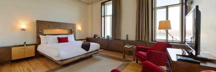 Chambre Supérieure Plus avec lit King & vue sur le fleuve Saint-Laurent /  Superior Plus room with a King size bed and a view on the St. Lawrence River.