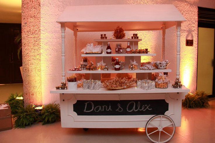 Un estilo #vintage en la mesa de postres, macarrones franceses, #cupcakes y dulces en tonos retros. #Boda #Wedding