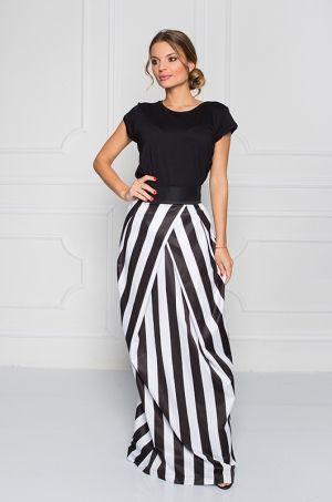 Pruhovaná maxi sukňa s vysokým pásom, s možnosťou rozopnutia na zips v zadnej časti, v prednej časti je latka preložená. Vhodná na spoločenské udalosti.