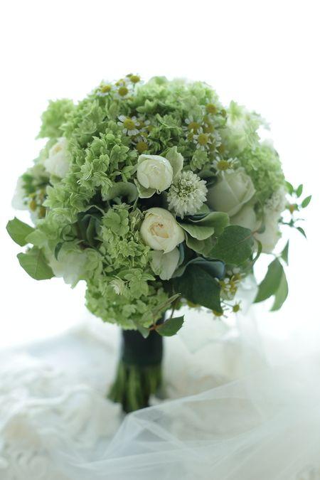 クラッチブーケ 緑とマトリカリア 松濤レストラン様へ : 一会 ウエディングの花