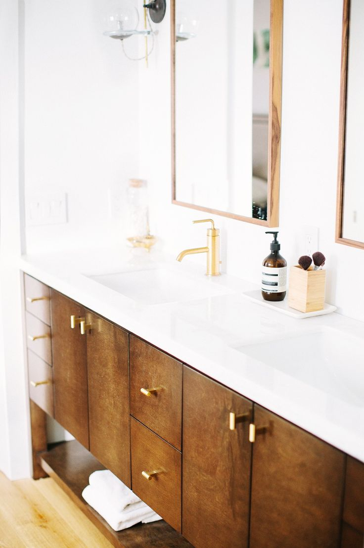 Midcentury modern inspired bathroom // brass faucet // Here's How a Los Angeles Interior Designer Styles Her Beach Home via @MyDomaine