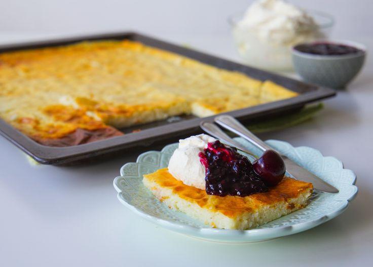 Ålandspannkaka är en annorlunda ugnspannkaka som kan göras med mannagrynsgröt eller risgrynsgröt.Fantastisktgod. Ålandspannaka serveras traditionellt med sviskonkräm och grädde men man kan ha på vilken syltsort som helst eller bär och frukt efter tycke. Pannkakan serveras som dessert, minskar manmängden socker blir det en gott mellanmål. Om du är som jag, älskar mannagrynsgröt, så kommer du älska denna. Ca 15 bitar 1,5 l mjölk (3% fetthalt) 2 dl mannagryn 25 g smör 3 st ägg 2 tsk stötta…