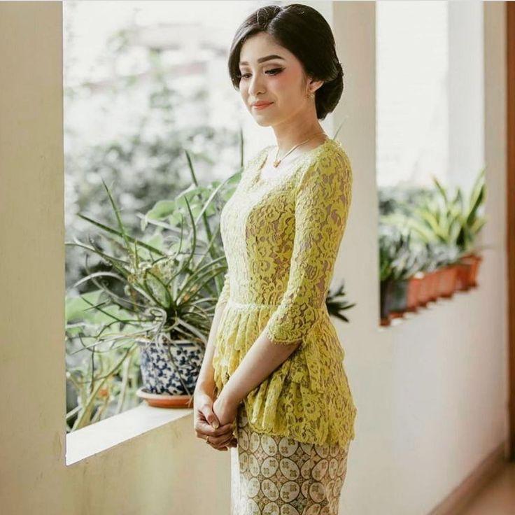 Inspirasi kebaya untuk lamaran dari @annisahadad! Cantik dan terasa sangat youthful ya penggunaan kebaya dengan warna kuning dan model peplum ini! Seperti apa sih model kebaya yang akan kamu gunakan pada acara lamaran mu nanti?