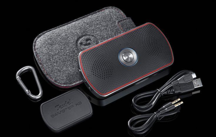 Teufels Bamster XS bringt gleich noch ein schützendes Filzetui samt Karabinerhaken, eine Anti-Rutsch-Matte sowie je ein USB- und Audiokabel mit.