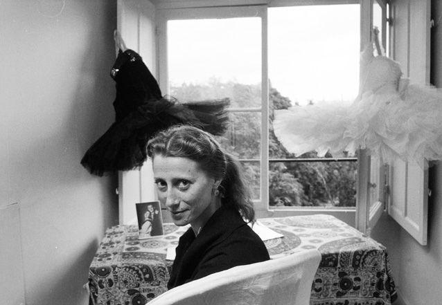 Эта фотосессия была сделана более пятидесяти лет тому назад в загородном доме Эльзы Триоле и Луи Арагона на мельнице под Парижем. Майя Плисецкая отдыхала там между своими выступлениями на сцене Гранд-опера в «Лебедином озере» в октябре 1961 года === http://www.loveorigami.info/story.php?aut=452 === Лиля и Эльза были две умнющие ведьмы-- http://izvestia.ru/news/290896