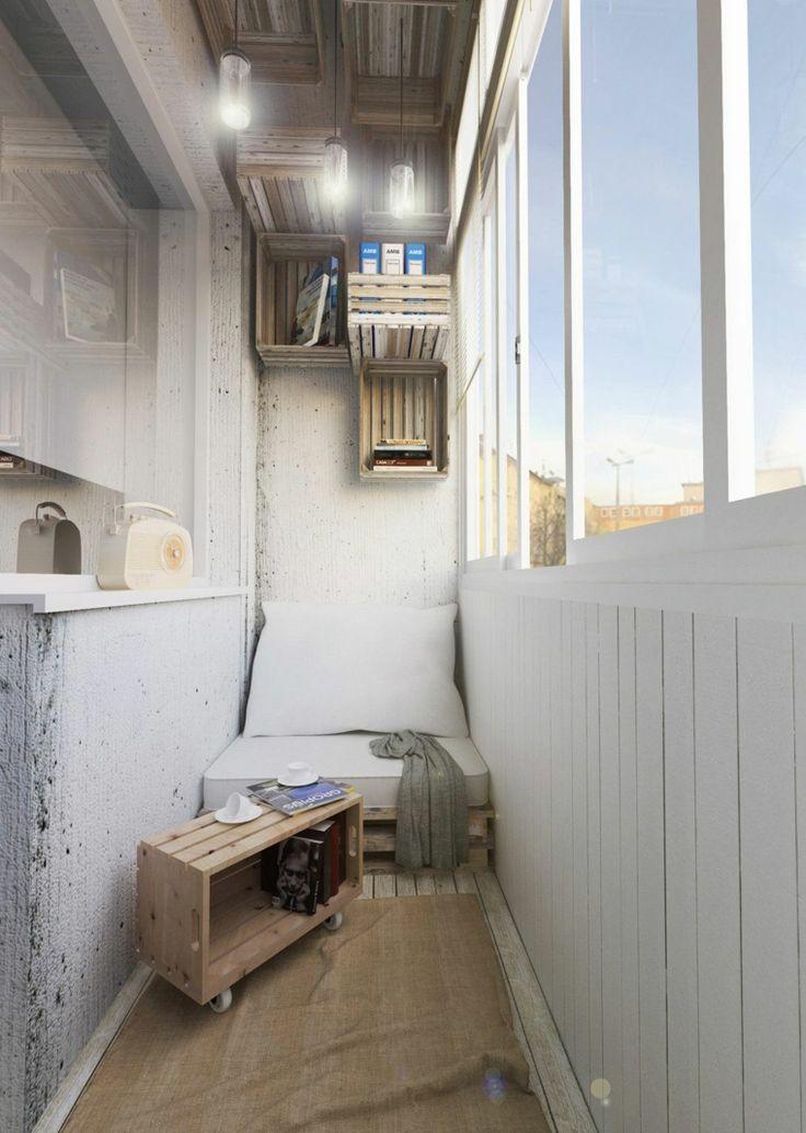 balcón cerrado con muebles reciclados