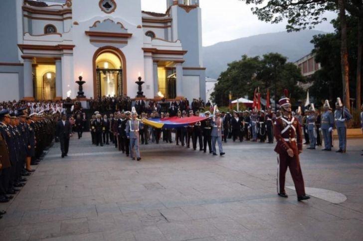 <p>Autoridades del Gobierno Nacional realizan este miércoles 5 de julio el acto de izada de la Bandera en el Panteón Nacional, en Caracas, para celebrar los 206 años de la firma del Acta de Declaración de la Independencia.</p>