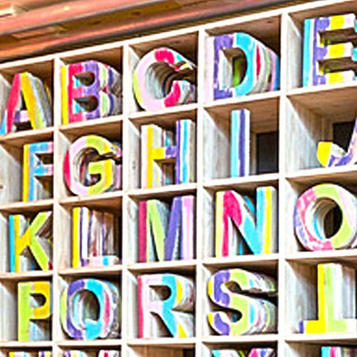 De houten letters zijn ideale accessoires om de kinderkamer of andere kamers binnenshuis / buitenhuis sfeervoller te maken. De trendy letters uit de Joy serie zijn afgewerkt met sprekende, felle kleuren als blauw, groen, geel, roze en paars.