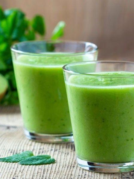 Salate sind lecker, Salate sind gesund. Aber nichts für Faule. Waschen, schnippeln, anrichten. Wer sich einen Salat zubereiten will, muss Zeit einplanen. Die einfachere und mindestens genauso leckere Alternative: Grüne Smoothies.