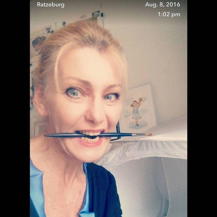 So jetzt aber mit Biss an den Montag! Bin mit @winsorandnewton Aquarellpinsel bewaffnet zu allen klexuellen Schandtaten bereit.  #wandklex #meetthemaker #behindthescenes #atelier #artist #studio #material #winsorandnewton #artbrush #pinsel #brush #artbrush #privat #dailyinsta #love #selfie #fun #art #watercolor #watercolour
