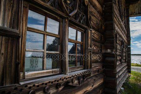 Okna drewniane w starych domach w północnej Rosji. Piękne ramki. Rzeźby w drewnie. Tradycyjne obudowy drewno budowlane — Obraz stockowy #76907977