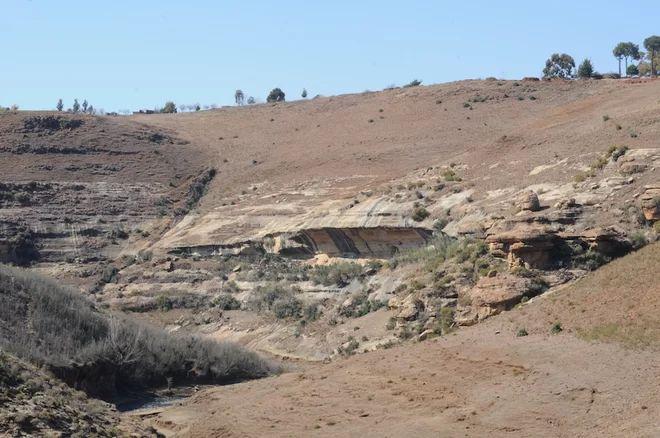 A kilátás a szikla menedéket borított art rock Lesotho.