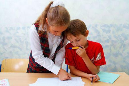 Tengo que ayudar mi hermano con su tarea. Mi hermano es en el tercer grado.