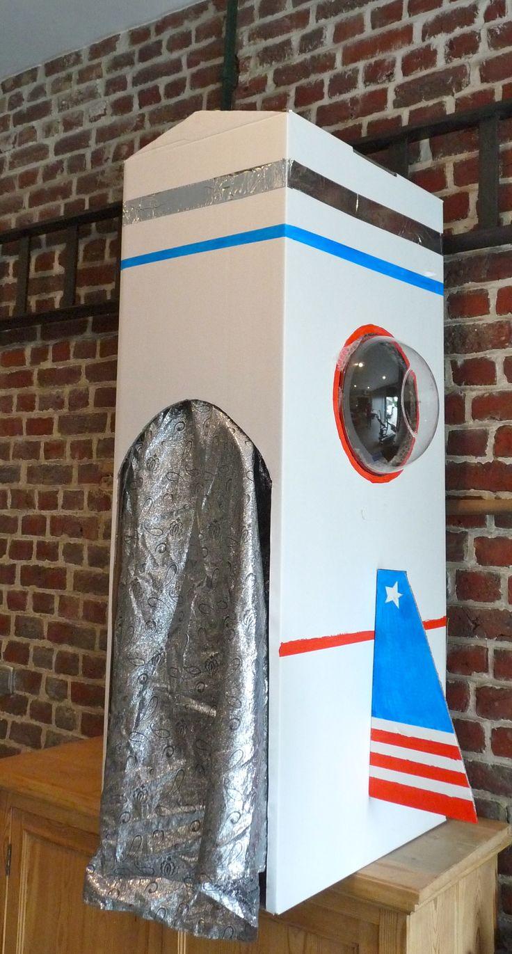Ruimteschip voor kleuters! (Voor Muzkido-workshop 'De Muziekplaneet'. Gemaakt uit een verhuisdoos voor kledij. De venster zijn slakommen en het 'gordijn' hangt met een kapstok vast aan de bovenkant van de doos. Voor de zilveren lijn bovenaan gebruikte ik aluminium-tape (dat men gebruikt om isolatie te installeren). Binnenin is er ook nog een 'boordcomputer' met aluminium-folie en enkele flesdoppen.