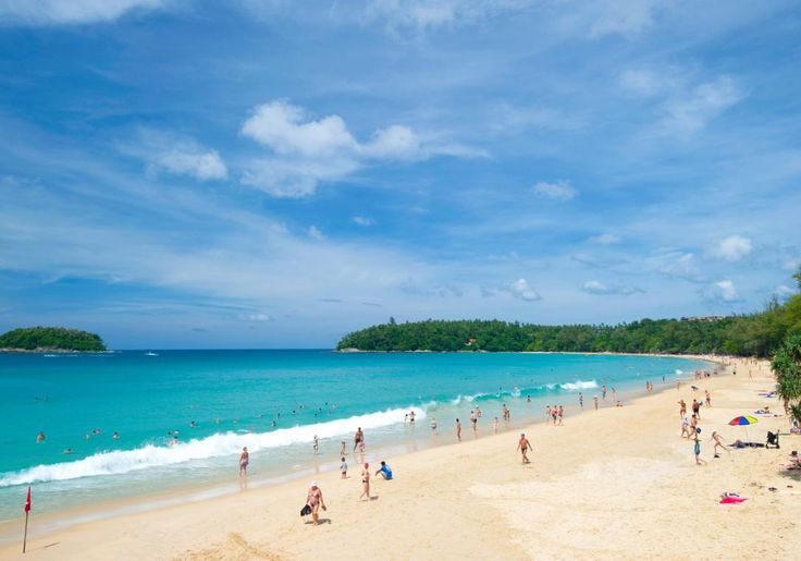 Phuket i Thailand er brede sandstrande med gæster fra hele verden, markeder, shoppingcentre, gadesælgere, restauranter, gadekøkkener, barer, diskoteker og meget, meget mere.