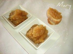 """COMPOTA DE MANZANA:500 gr de manzana+150 gr de azúcar+Zumo de medio limón+Unos trozos de corteza de limón (opcional)+Canela en rama (opcional). Pelamos  y troceamos en trozos grandes y trituramos. Vertemos  en la panificarora + el azúcar,el zumo y la corteza de limón y por último la canela.""""mermelada"""". http://cocinayrecetas.hola.com/masquetartas/tag/panificadora/page/4/"""