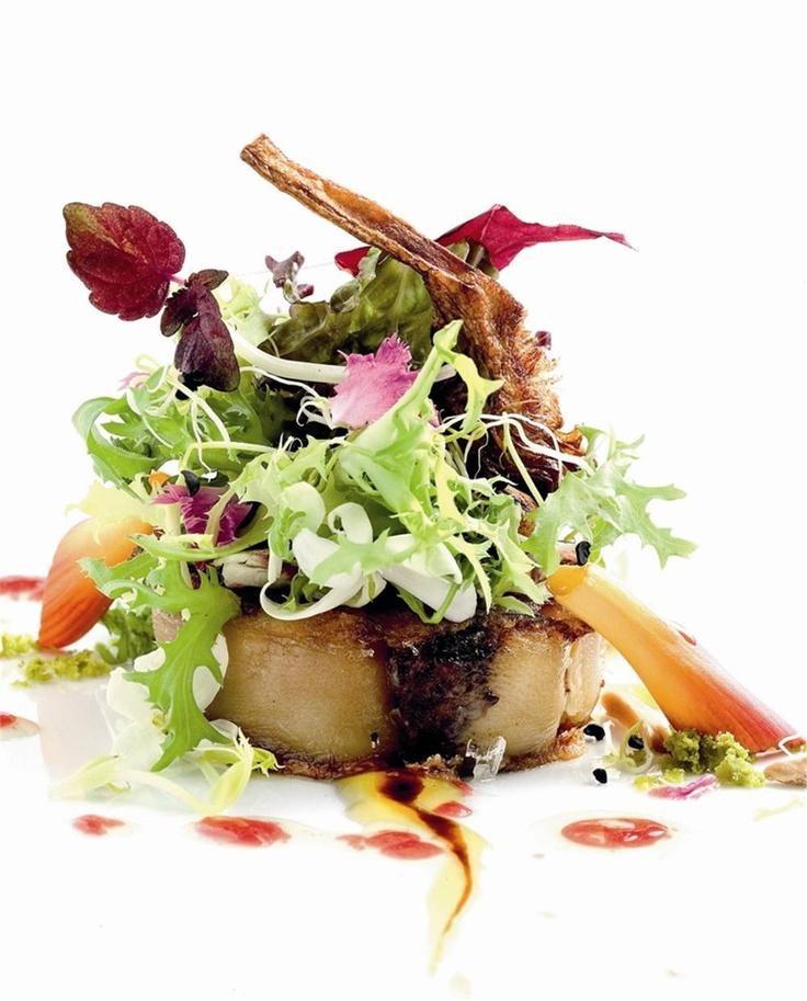 Ensalada de manitas de cerdo con alcachofas, rúcula y virutas de foie. Para disfrutar.