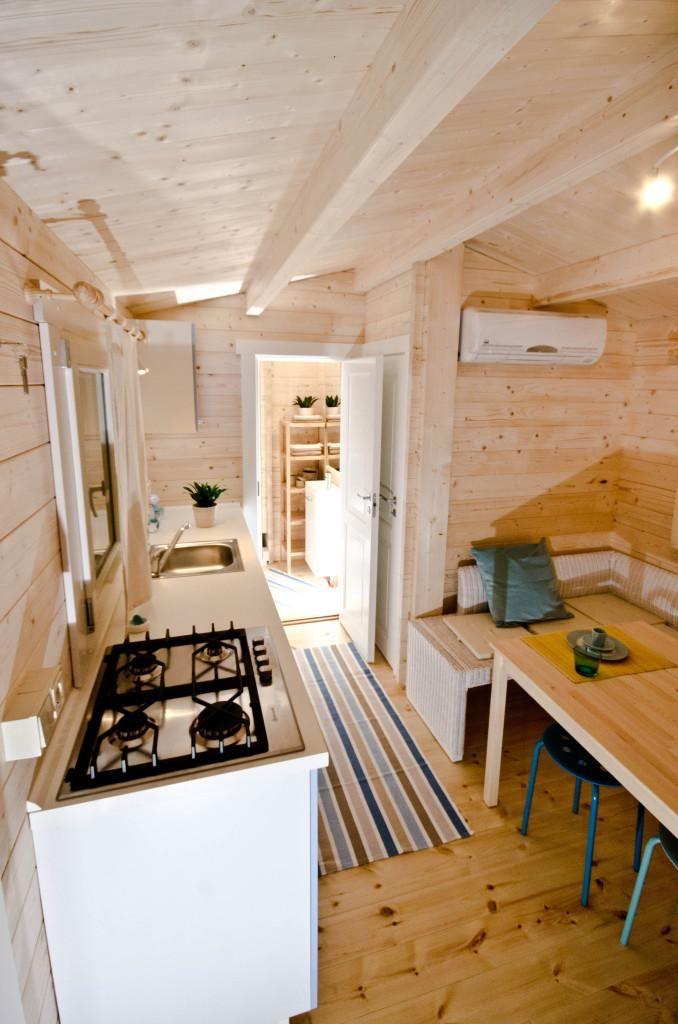 Innen ist das Hausboot unglaublich gemütlich.  #hausboot #houseboat #sonderanfertigung http://www.blockhaus-24.de/mit-dem-hausboot-auf-see/ http://www.blockhaus-24.de/shop/hausboot/hausboot/