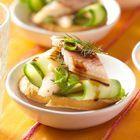 Crostini met gerookte paling en komkommer